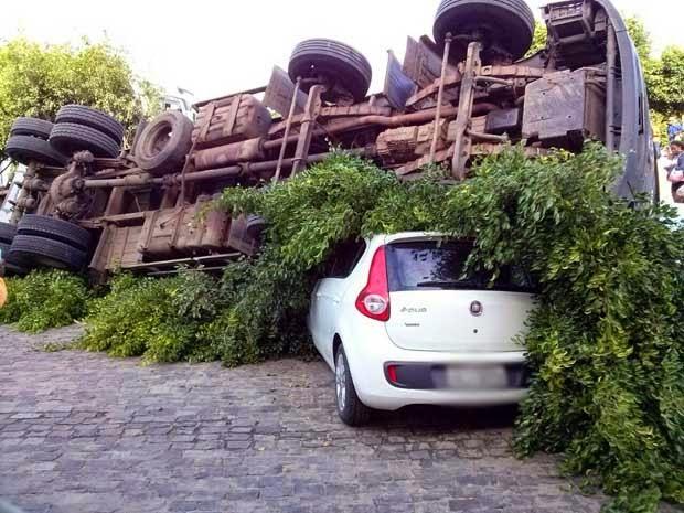 Caminhão tombou e caiu em cima de carro (Foto: Dell Santos / blog jequieeregiao.com.br)