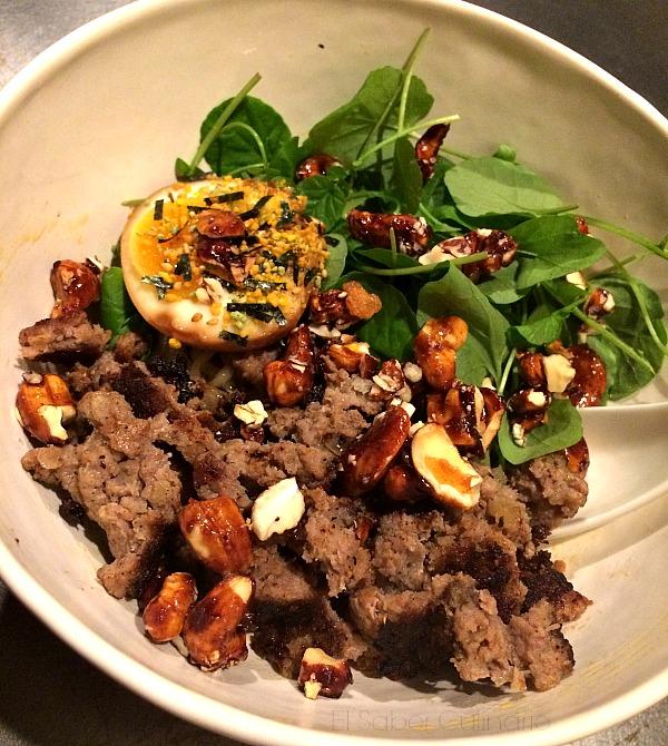 Hiyashi chuka: fideos secos con salchicha , aceite de guindilla sichuán con berros y anacardos garrapiñados