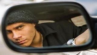 Miguel Arce en el espejo retrovisor de su auto