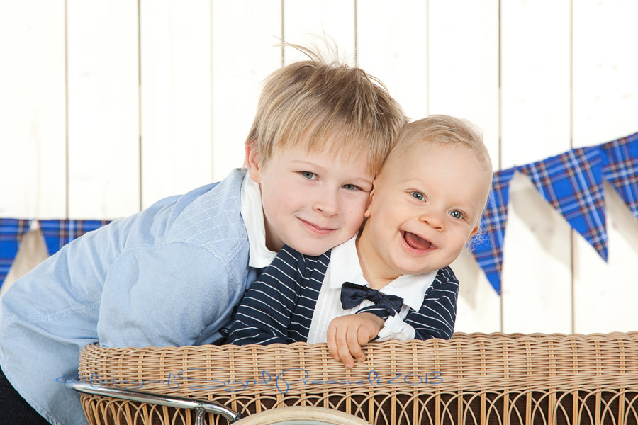 naerusuised-poisid-fotopesa-portree-valokuvamaan-talllinn-viron-valokuvaja