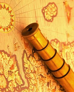 longue vue posée sur une carte ancienne