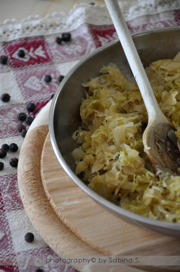 si possono preparare in molti modi io li preparo cos ingredienti per 4 persone 500 g di crauti freschi 1 cipolla piccola 1 noce di burro