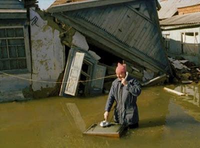 Затопленное наводнение подворье