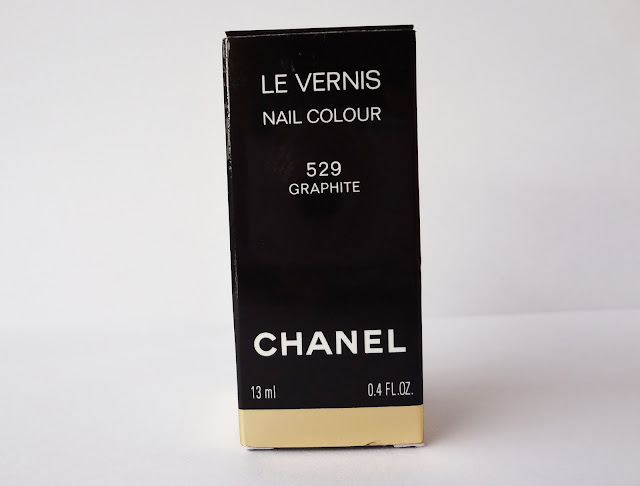 Review and swatches nail polish grey shimmer Graphite by Chanel packaging.