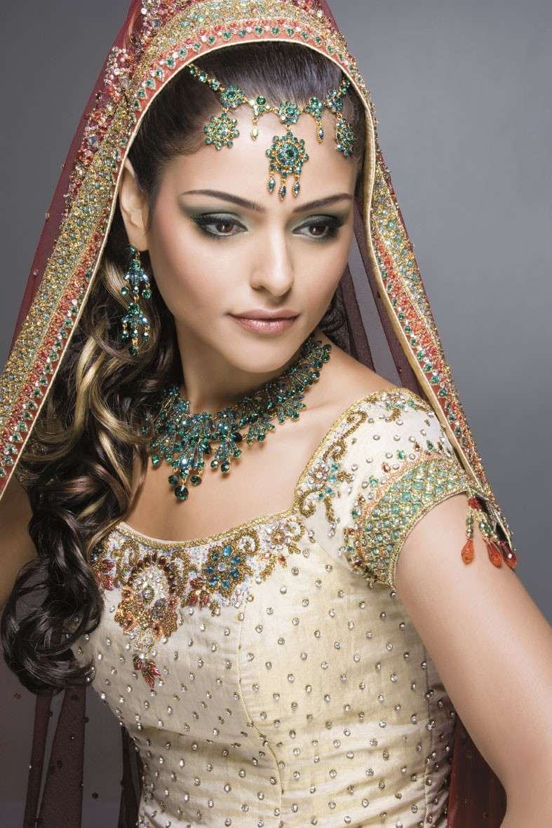 is to enhance the brides natural features - Bridal wedding makeup ...