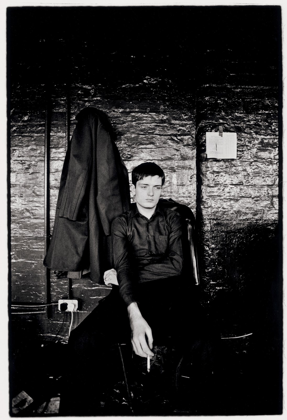 Ian Curtis en una fotografía de Kevin Cummins