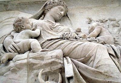 external image Relieve+de+una+madre+cuidando+a+sus+hijos+en+el+Ara+Pacis+de+Roma.JPG
