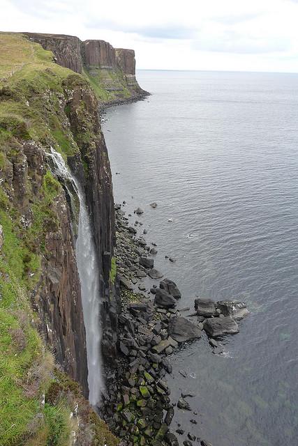 Air Terjun Mengagumkan Yang Langsung Jatuh Ke Laut