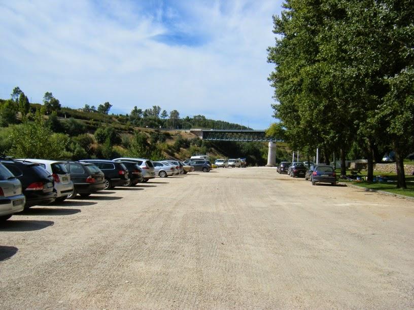 Parque de estacionamento junto á margem do rio Zêzere
