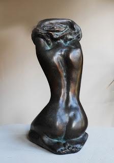 Statue Inès se déshabille vue de dos