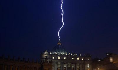 http://4.bp.blogspot.com/-FGc2jhpgl4I/USHxJzXN0LI/AAAAAAAAEdY/dKbgIhVfyi4/s400/Lighting-at-Vatican-011.jpg