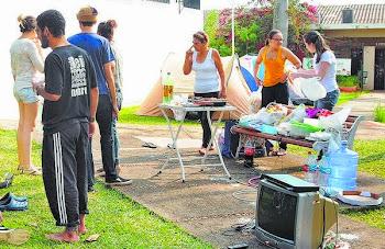 GRUPO ACAMPA EM FRENTE A FÓRUM EM COSMÓPOLIS