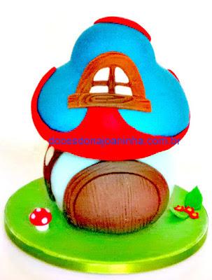 Casinha cogumelo da Vila Smurf em azul e vermelho. Casinha do Gargamel