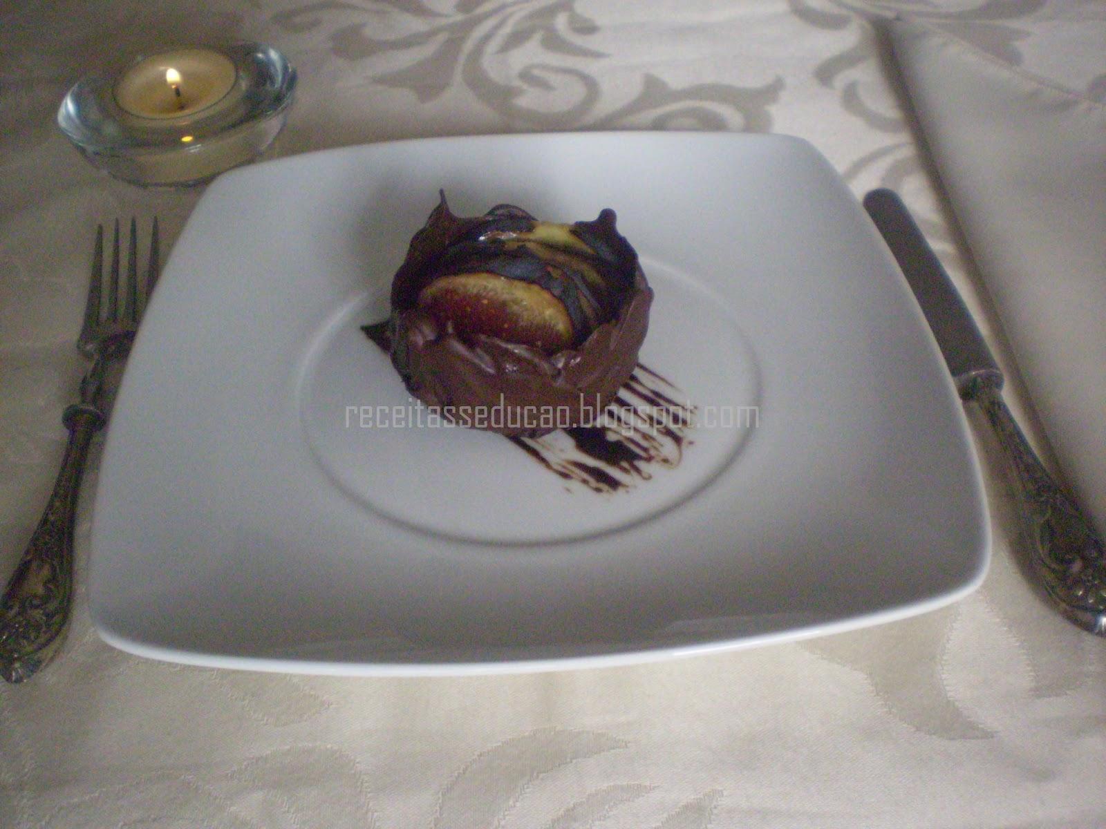 Cestinha de Chocolate com Figos Caramelizados em Calda de Lima e Alecrim e Redução de Vinho do Porto