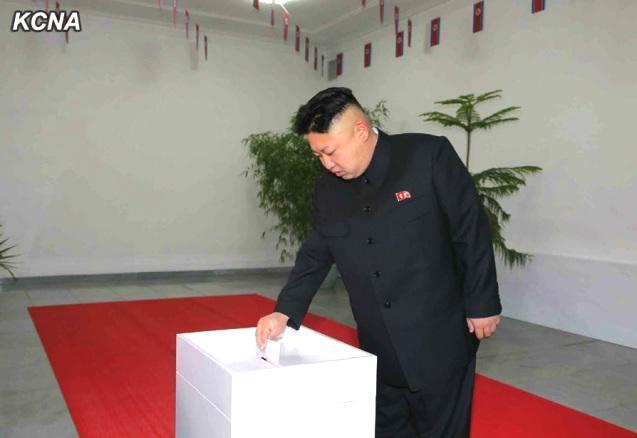 El líder norcoreano Kim jong-un votando en 2014