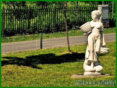 statuie femeie cu cosuri parcul lumea copiilor bucuresti