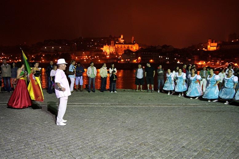 Marcha na zona do Cais de Gaia, com o Porto à noite como fundo