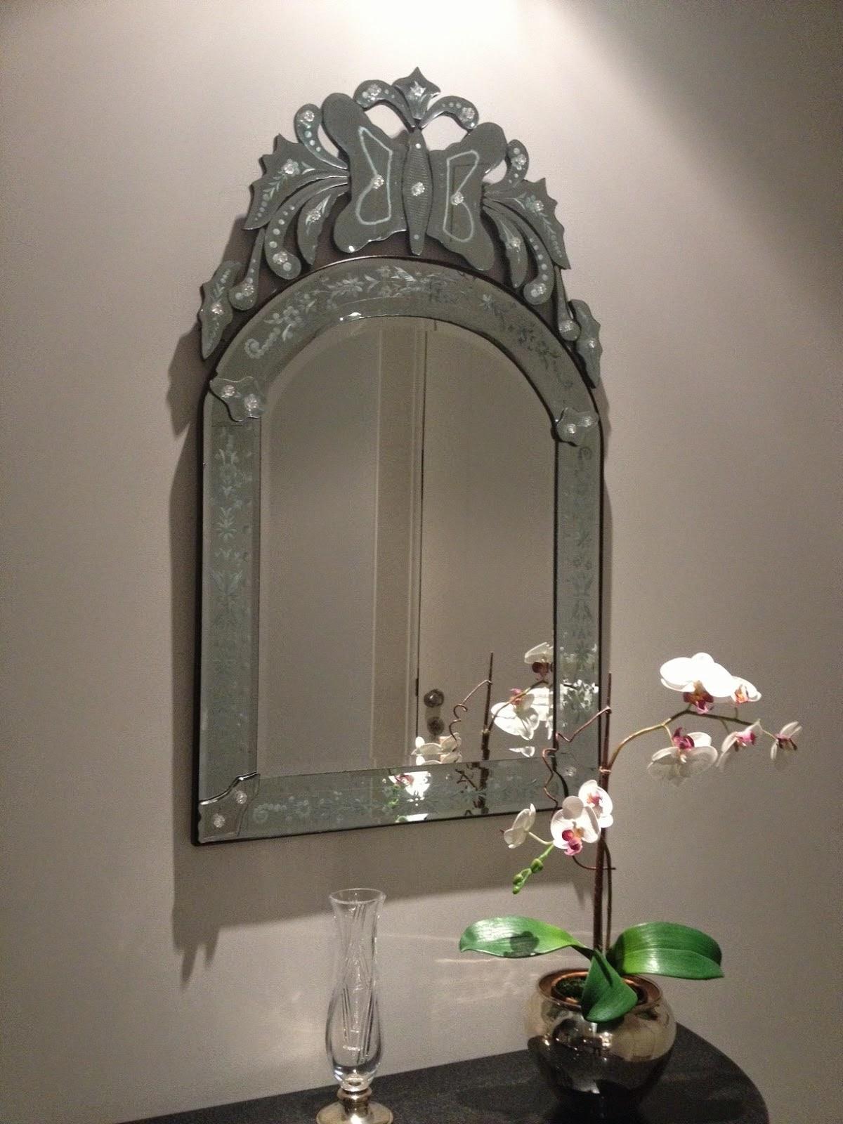 Dicas para decorar o hall de entrada, o espelho pode ser uma ótima opção.
