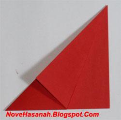 ambil ujung sudut bawah-kanan-lapisan atas kertas origami. Lipatlah menuju sisi segitiga (sisi miringnya) yang baru saja terbentuk karena lipatan sebelumnya. Perhatikan Gambar berikut untuk lebih jelas. Rapikan sisi-sisi lipatan dan tajamkan dengan melakukan penekanan-penekanan.Nah, bagian ini akan menjadi layar dari origami perahu anak nantinya