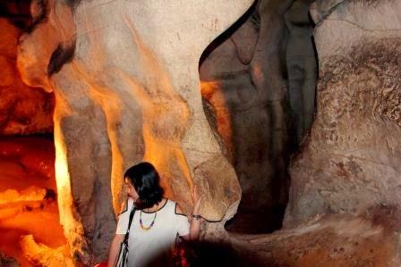 Andina Laksmi: Mengunjungi Lemo dan Menelusuri Gua Makam Londa