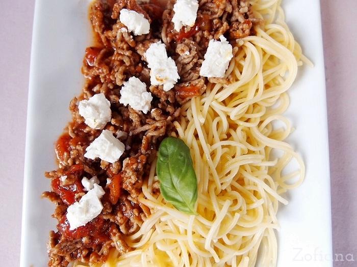 Spaghetti bolognese with feta