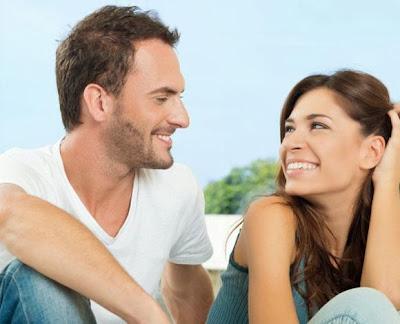 عشر علامات تخبرك أنها معجبة بك,امرأة تحب رجل يحب فتاة بنت شاب حبيبان الحب الرومانسية والزواج