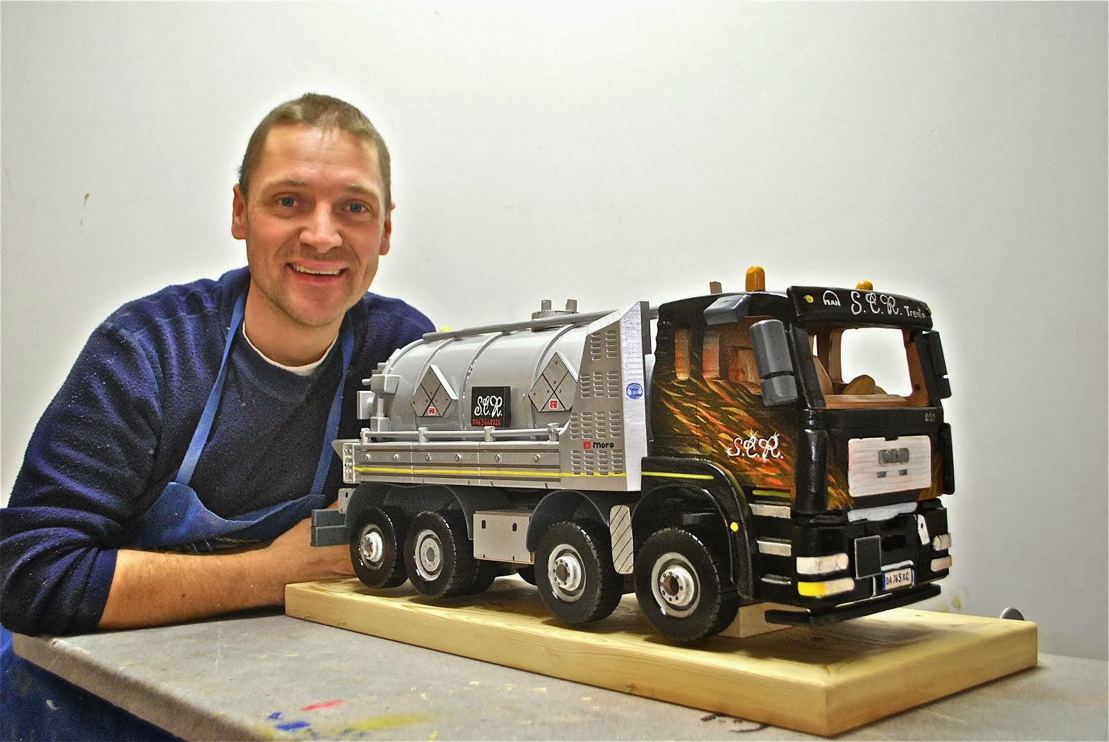 Camion Man con cisterna per lo spurgo Moro