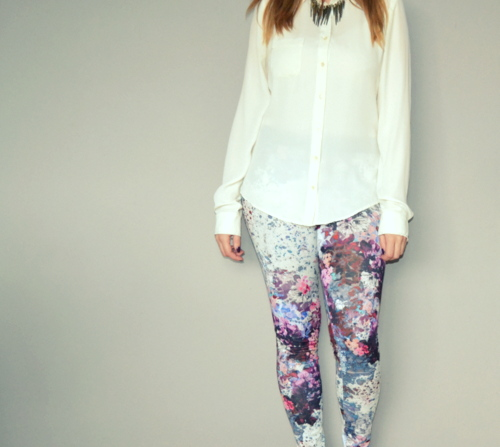 floral-leggings-white-shirt