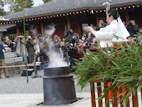 襷掛けの巫女が、儀式に則って「湯立神楽」を執り行った。