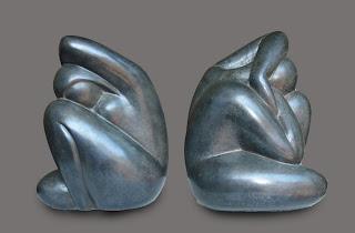 Femme nue stylisée assise sur une jambe, un bras relevé derrière la tête baissée