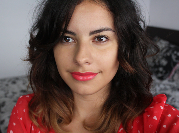 messy wavy curly hair bright lips makeup look