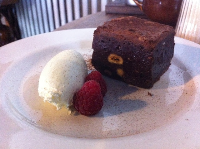 Duke+of+Cambridge+Organic+pub+review+Islington+hazelnut+brownie