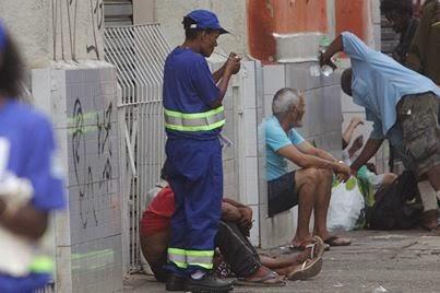 Drogados consomem crack antes do 1º dia de trabalho na Cracolândia