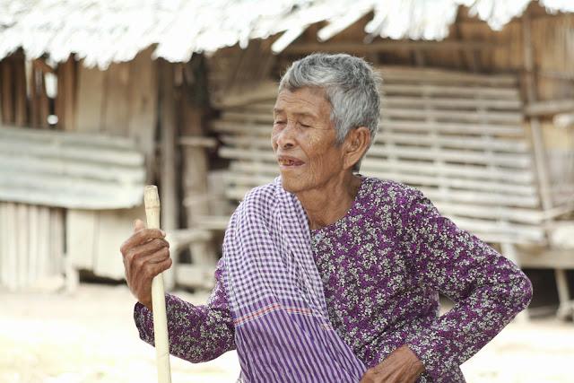 Portrait d'une vieille dame pris dans la campagne de Prek Dey, province de Kompong Speu, à l'occasion de la visite de l'ONG CGF Foundation.
