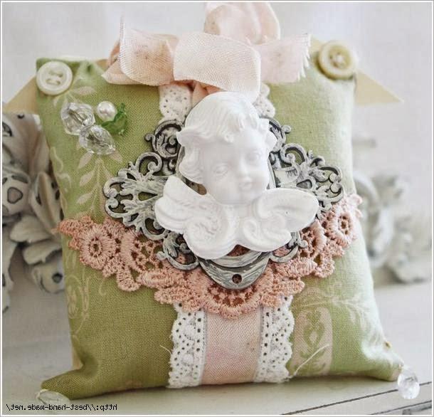 Игольницы украшены цветами из ткани, кружевом, пайетками, бусинами.