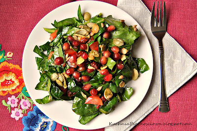 81. Sałatka ze szpinakiem, granatem i suszonymi pomidorami