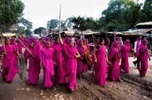 anggota Gulabi Gang in action