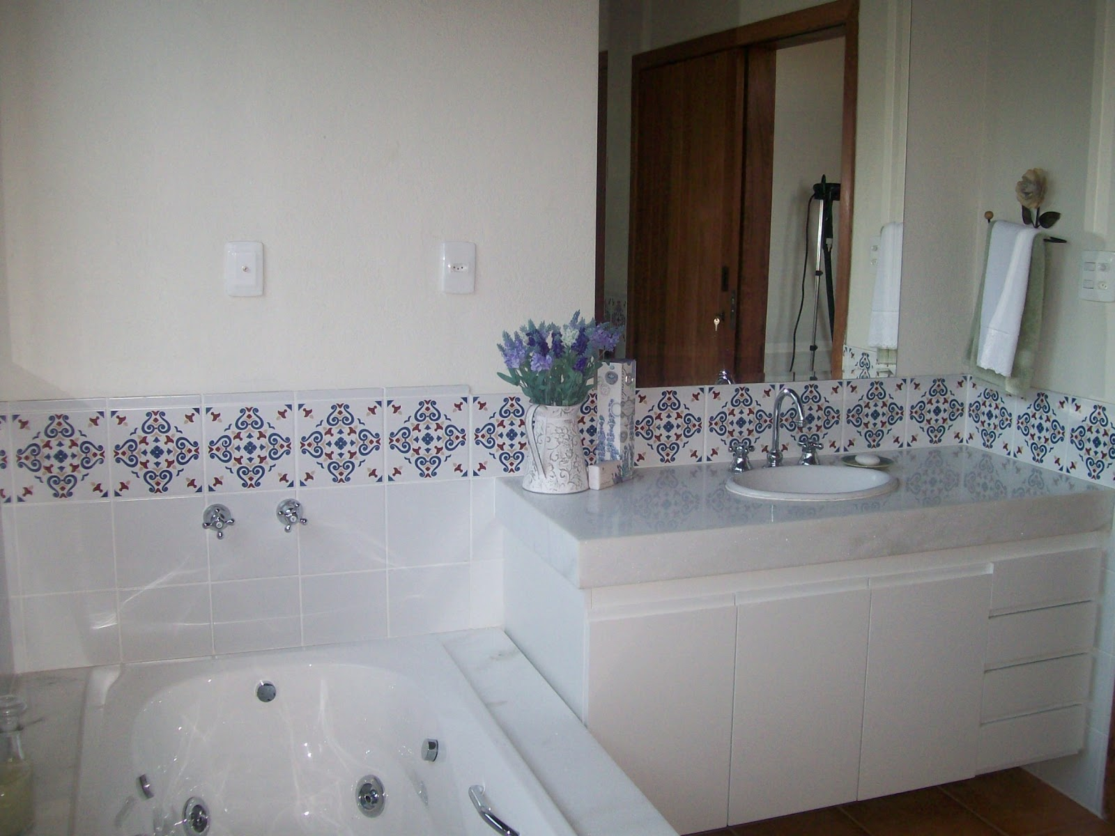 Na suíte do casal foi escolhida a cerâmica branca com detalhe  #33261E 1600x1200 Banheiro Com Azulejo Pela Metade