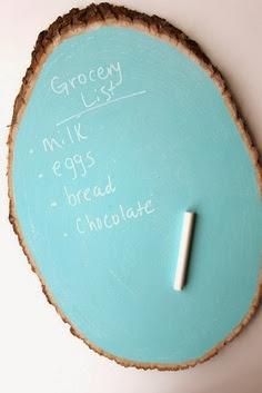 pintar base de tronco de madera con pintura para nombrar quesos