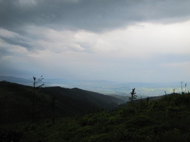 Glinne (1034 m n.p.m.). Widok na Kotlinę Żywiecką i Beskid Mały.