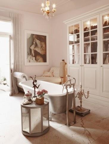 Elegancka łazienka, żelazna wanna, srebrny świecznik, jasne i przytulne wnętrze łazienki