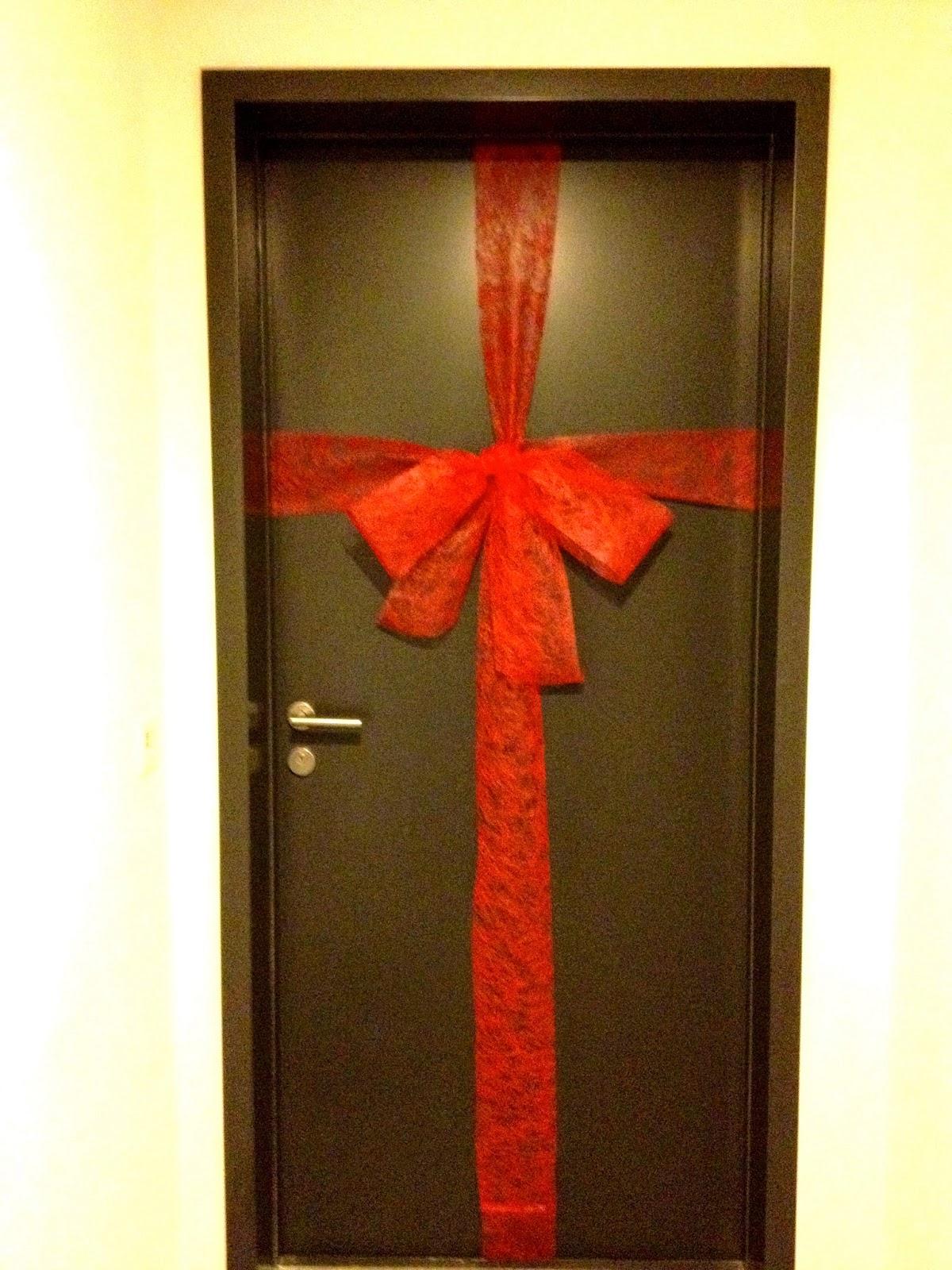 Porte d 39 entr e paquet cadeau giant front door christmas bow for Decoration porte entree noel