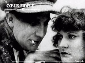 Carátula en blanco y negro de la película, Coeur Fidéle dirigida por Jean Epstein en 1923