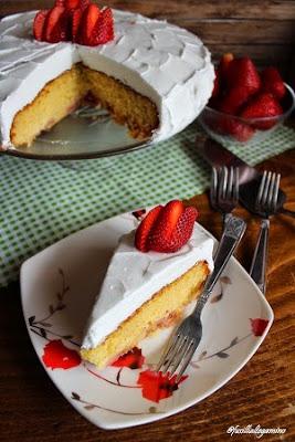 Torta sette vasetti con panna e fragole