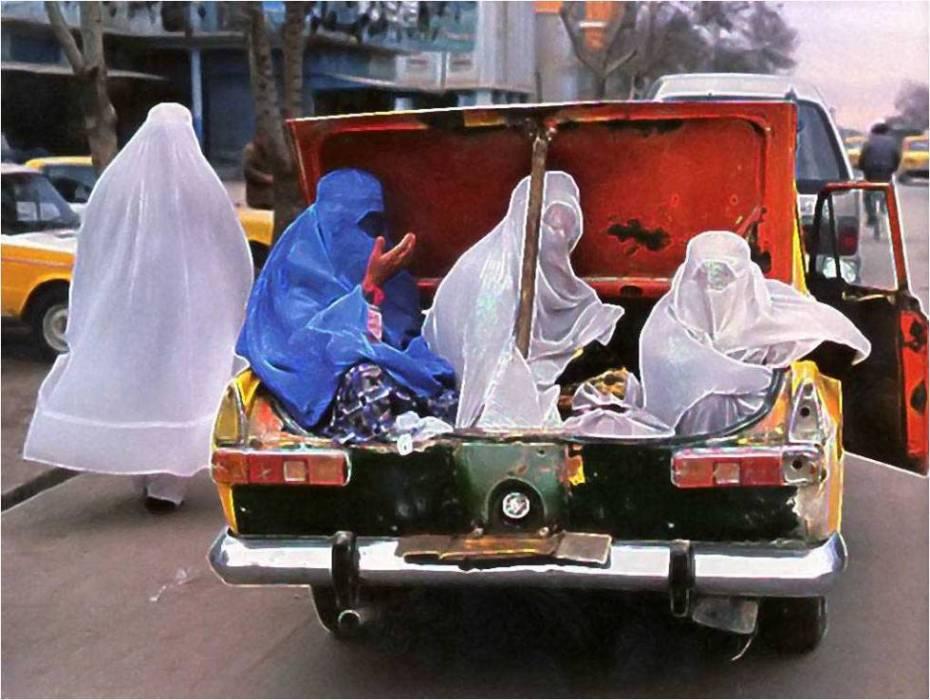 Extremos a los que llega la degeneración machista. Las mujeres... en el maletero, como Dios manda.