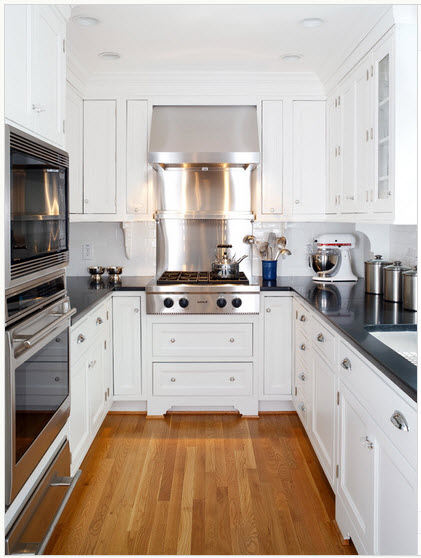 una cocina en forma de ucuud pero muy pequea no lo parece el color blanco domina este espacio y da la sensacin de amplitud y orden