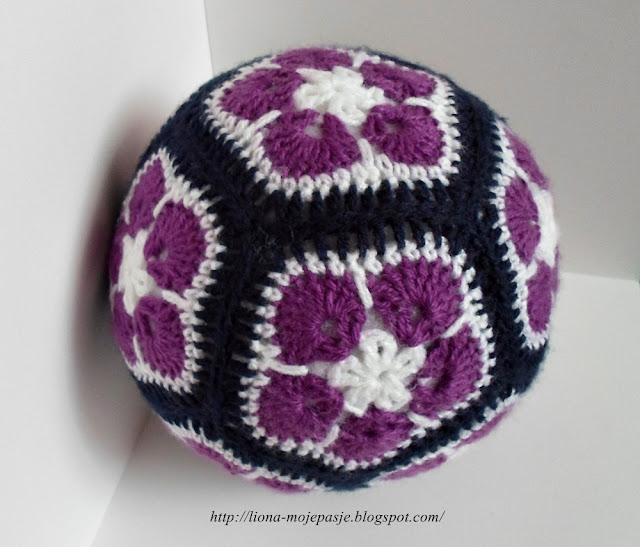 Piłka wykonana techniką szydełkową z motywów african fowers/ afrykańskie kwiaty.