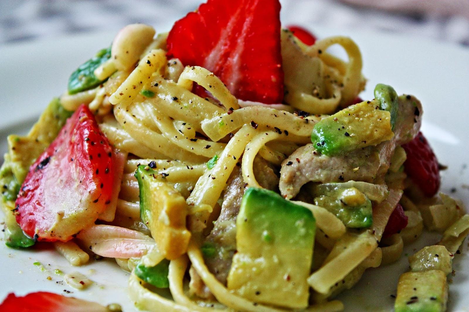 Linguini mit Erdbeeren und Avocado