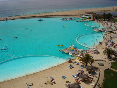 Vista geral do complexo que inclui a piscina e os hotéis.