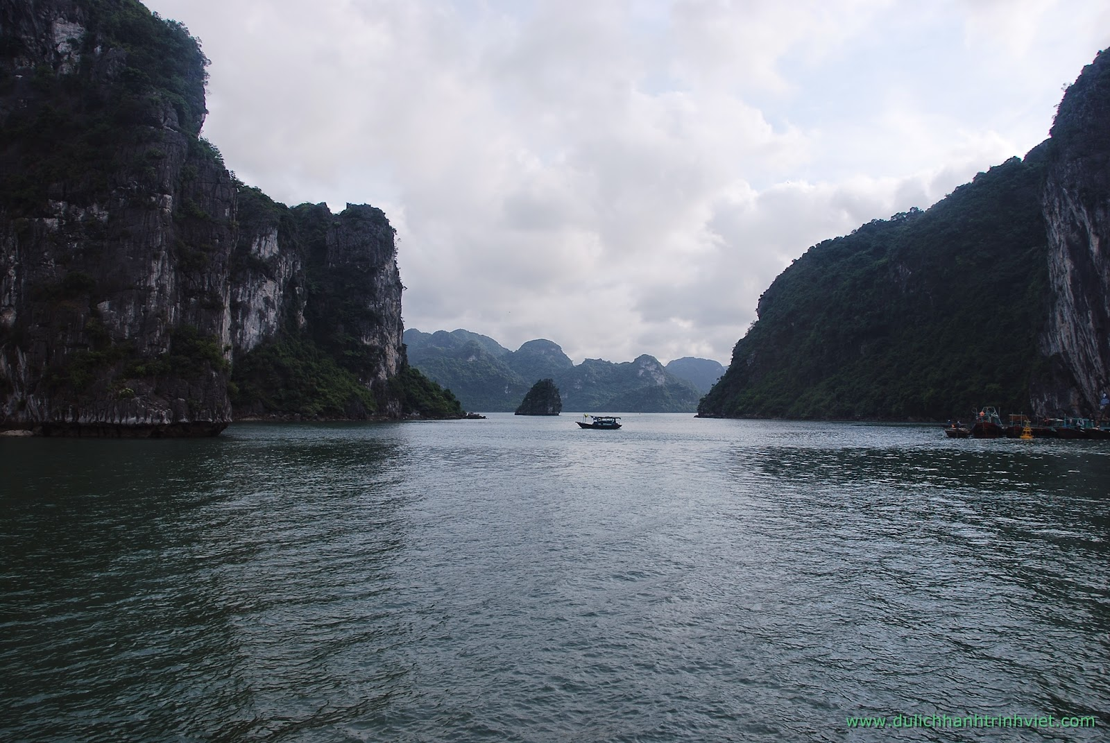 Baie d'Halong et un repas splendide dans la grotte karstique
